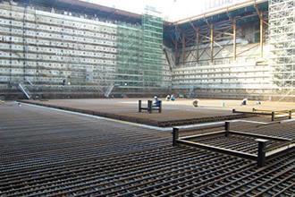 原子炉建屋基礎マット下部の配筋工事。鉄筋総量は約4,000tの写真