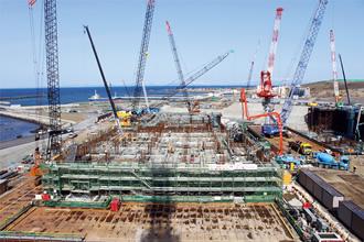 サービス建屋(手前)・コントロール建屋(奥)。後ろは津軽海峡の写真