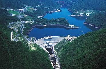図版:温井ダム(広島県2002年竣工) 温井ダム(広島県2002年竣工) 緑ダム(北海道2002